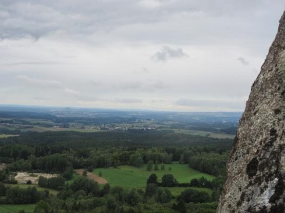 Blick über den Oberpfälzer Wald bis zum Parkstein der Vulkan Mitte links)
