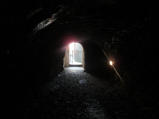 Einer der Felsenkeller im Innern