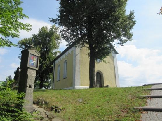 Wir erreichen den Gipfel mit seiner Kapelle.