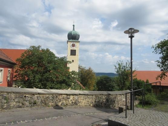Kirche am Aufgang zur Kapelle