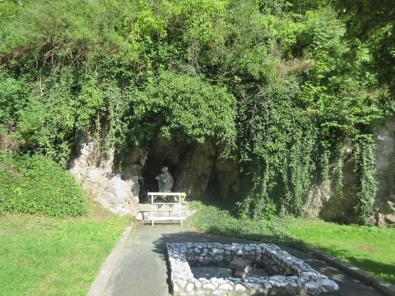 Grotte in der Ortsmitte