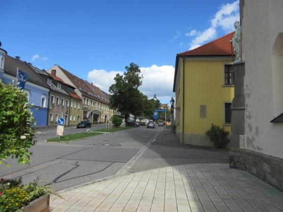 Hauptstraße mit dörflichem Charakter