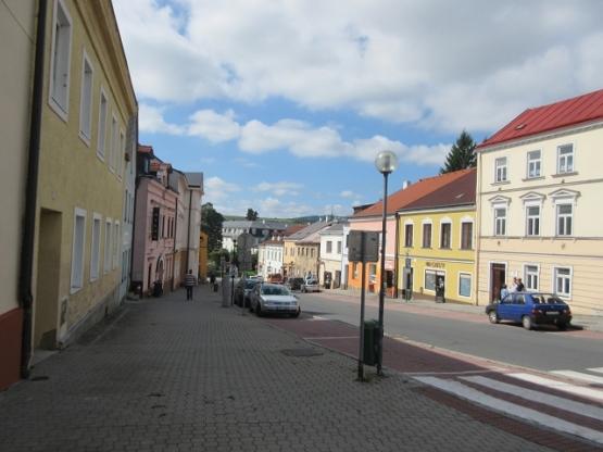 Rund um den Markt sieht man viele renovierte bunte Häuser